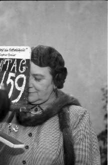 München: Im Garten des Hofbräuhauses; Liesl Karlstadt als Wirtin des Hofbräuhauses; Portrait