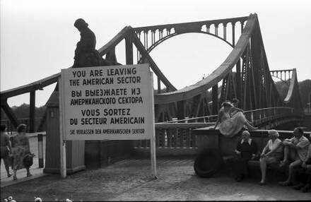Berlin; Glienicke: Glienicker Brücke mit Zonenschild