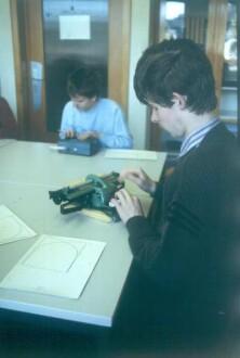 Marburg. Schüler am Arbeitsplatz mit Blindenschrift-Schreibmaschine