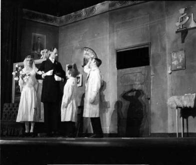 Berlin: Kabarett der Komiker; Karl Valentin vor dem Brautpaar