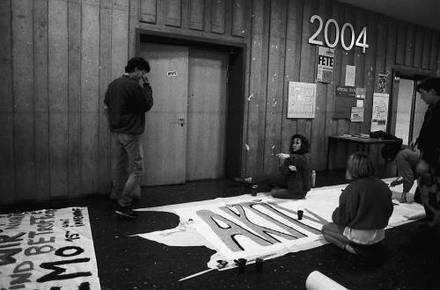 Freiburg im Breisgau: Studenten erstellen Plakate für eine Demo