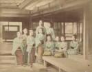 Mädchengruppe vor einem Teehaus in Oji