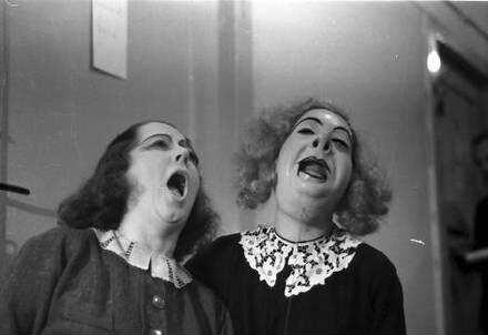 Berlin: Kabarett der Komiker; Waldoff und Lene Ludwig mit Maske von Claire Waldoff