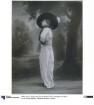 Frau in Kleid und Jacke von Bernard et C.ie
