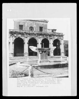 Vorhalle - davor die Fontana Navicella mit dem Marmorschiff, das Papst Leo X. (1513-1521) nach einem antiken Vorbild anfertigen ließ