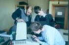 Marburg. Sehbehinderte und blinde Schüler im Chemieunterricht