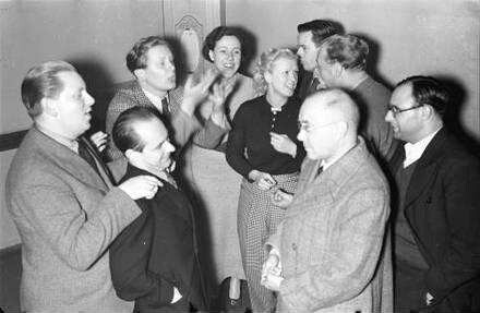 Kabarett der Komiker: Diskutierende Gruppe: Heyne, Norbert, Käutner, Herking, Theimer, Bendow, Lorenzen, Gross, Drost
