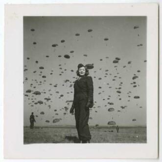 Marlene Dietrich, Fallschirm-Übungsspringen (Soissons, 13.03.1945) (Archivtitel)