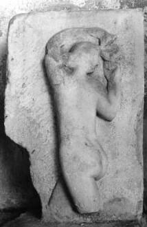 Römisches Grabrelief mit Bacchantin oder tanzender Mänade (Fragment)