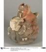 Applikation: anthropo-zoomorphe Figur mit Trommel; Relief: zoomorphe und anthropomorphe Figuren