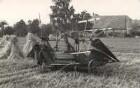 Mähbinder auf einem Felde in Brösang