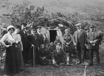 Norwegen. Samenfamilie mit Touristen der Hapag vor ihrer Erdhütte bei Tromsø