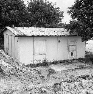 Deutsches Rotes Kreuz (DRK): Kreisverband Stormarn: erste Unfallrettungsstelle an der Autobahn A 1 mit verschlossenen Fensterläden: vorn Sandhaufen: hinten Bäume -