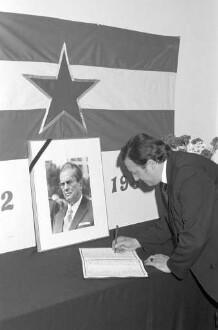 Trauerbekundung zum Tod des jugoslawischen Präsidenten Josip Broz Tito beim Club der jugoslawischen Arbeiter in der Otto-Sachs-Straße