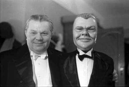 Berlin: Kabarett der Komiker; Schaeffers und Lene Ludwig mit Maske Willi Schaeffers