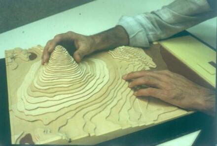 Marburg. Blinder Schüler im Geographieunterricht am plastischen Modell des Fujiyama