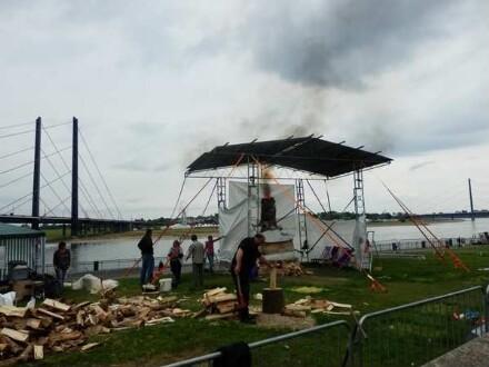 Die Skulptur ist fertig aufgebaut, der Brand beginnt