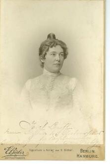 Porträt von Clara Viebig mit eigenhändiger Widmung für Josef Lauff