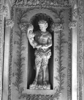 Statue eines Fauns mit Hase