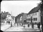 Blick aus der Seebener Straße gen Nordosten. Linke Bildseite: Seebener Straße 5 (Kaufmann Petri). Rechte Bildseite:                            Seebener Straße 58, der Unterschmelzer (Reichardts Wohnhaus), Seebener Straße 59 (das alte Schützenhaus)