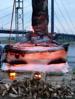 Die Skulptur glüht: Langsam wird die Temperatur erhöht