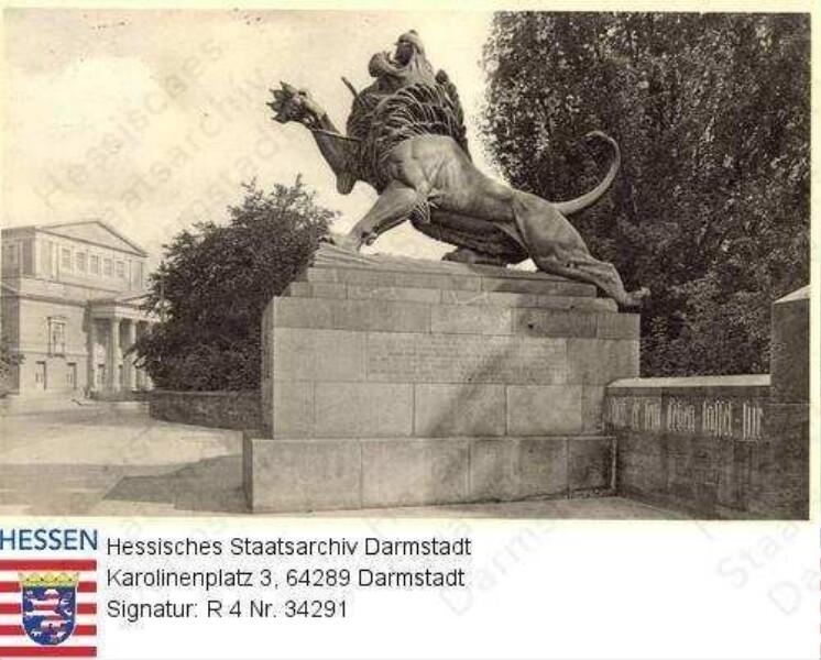 Darmstadt, Denkmal des Leibgarde-Infanterie-Regiments Nr. 115 am Schloss / im Hintergrund: Landestheater