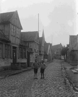 Ausflug des Fotografen Richard Hünten nach Otterndorf, innerstädtische Straße mit zwei Jungs