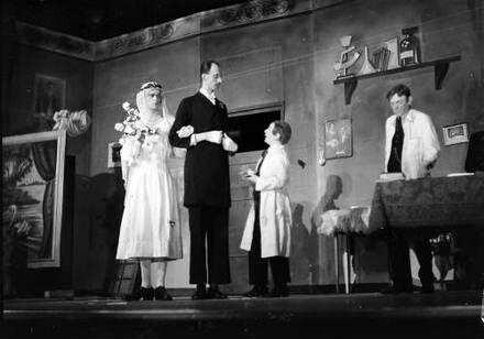Berlin: Kabarett der Komiker; Karl Valentin vor dem Brautpaar (Liesl davor)
