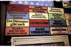 Berlin: Flohmarkt im Hochbahnhof Nollendorfplatz; im U-Bahnzug; Popp Schilder an der Treppe