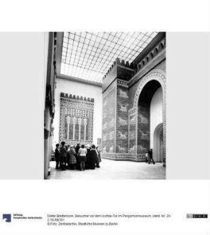 Besucher vor dem Ischtar-Tor im Pergamonmuseum