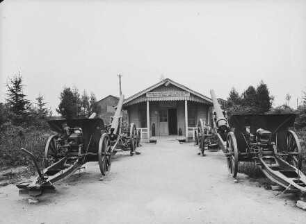 Ossuaire, davor Kanonen bei einem Geschützstand