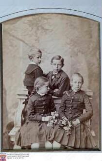 Becker, Ernst Dr. (1826-1888) / Kinder von Ernst Becker und Mathilde (Thilde) geb. Emmerling (1835-1916) / Gruppenaufnahme, sitzend v. l. n. r.: Antonie (Toni) Becker verh. Bracht (1868-1965); Viktoria Becker verh. Schleiermacher (1865-1945) / stehend: Prof. Dr. Ernst Becker (1871-1919); August Becker (1866-1951)