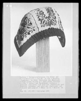 Stülpchen der Marburger evangelischen Tracht mit gestickten floralen Motiven