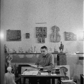Im Atelier von Hermann Naumann. Der Künstler am Arbeitstisch