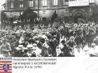 Darmstadt, 1914 August 1 / Fahnen-Eskorte des Garde-Dragoner-Regiments Nr. 23 vor dem Darmstädter Schloss mit Transparent der durch die Mobilmachung abgebrochenen Kunstausstellung