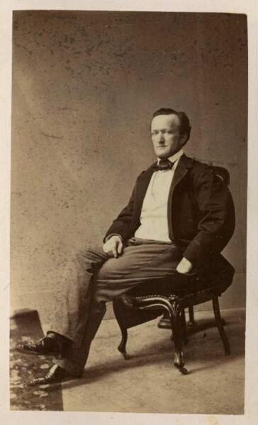 Ganzfigur Richard Wagner 1813 1883 Komponist Sitzend Fotografie Carte De Visite Mit Atelieraufdruck Verso Von Louis