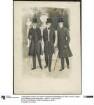 Drei Herren in eleganter Straßenkleidung im Park: Gehrock, cutartig geschnittener Paspelrock und Stadtchesterfield