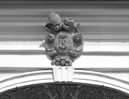 Erzbischöfliches Wappen über dem Eingang
