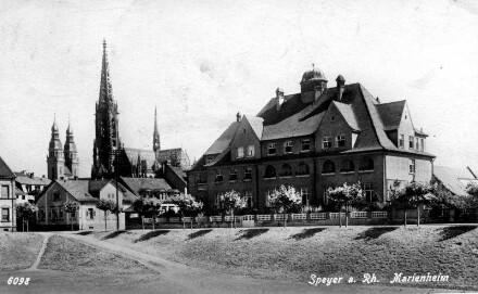 Speyer, Ludwigstr. 63: Marienheim, davor der Feuerbachpark.