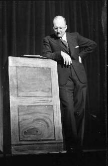 """Kabarett der Komiker: """"Gib ihm""""; Werner Finck am Katheder"""