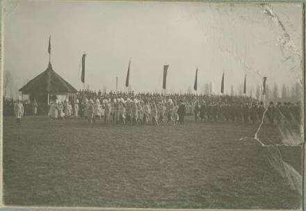 Vorbeimarsch des Offizierskorps an König Wilhelm II. von Württemberg, anlässlich des 100-jährigen Regimentsjubiläum 1906, Garnison Heilbronn, Offiziere und Veteranen
