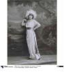 Frau in Kleid von Béchoff-David