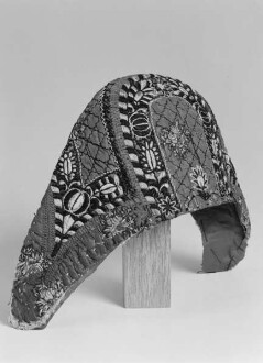"""Haube (""""Schleier"""") der Marburger evangelischen Tracht mit bestickten floralen und geometrischen Motiven"""