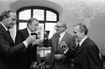 Freiburg: Rathaus; Ministerpräsident Filbinger überreicht Professorentitel für Walter Schelenz, Bildhauer und Wolfgang Schmieder, Musikdokumentar (Bach); Gruppen