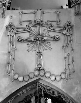 Kreuz aus menschlichen Gebeinen