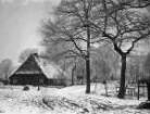 Straße mit Fachwerkhaus im Schnee