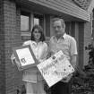 Freiwillige Feuerwehr (Ortswehr) Rethwischfeld: Louise Ducker überreicht Ortswehrführer Hans Jascobsen ein Foto mit Autogramm von Margaret Thatcher, Premierministerin des Vereinigten Königreichs, einen Brief der britischen Regierung und ein Plakat mit Unterschriften von britischen Feuwerwehrleuten