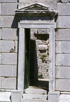 Detail: Tür mit Rahmung und Dreiecksgiebel an der Südseite des Sockels