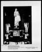 Figur der trauernden Maria am Sockel eines Kruzifix