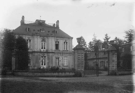 Hofseite, mit dem Gitter des Ehrenhofs